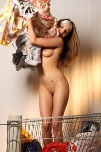 http://img239.imagevenue.com/loc593/th_000226776_tduid300163_MetArt_Entita_Alyssa_A_high_0104_123_593lo.jpg